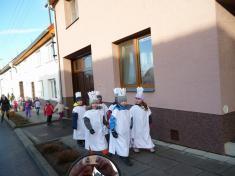2011 - Malí koledníci zMateřské školy procházejí obcí.